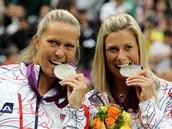 ÚSMĚV! České tenistky Lucie Hradecká (vlevo) a Andrea Hlaváčková pózují se...