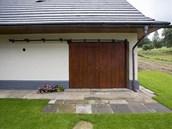 Dřevěná stodolová vrata lze otevřít klasickým posuvem - a společenská místnost