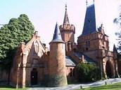 Hradec nad Moravicí - Neogotická brána z náměstí Hradce do Bílého zámku