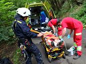 Podchlazenou ženu, která spadla do řeky Metuje na Náchodsku vezli záchranáři do