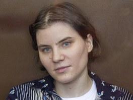 Členka dívčí kapely Pussy Riot Jekatěrina Samucevičová u soudu v Moskvě (4.
