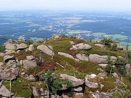 V dálce je z Poledních kamenů vidět Frýdlant a německé a polské roviny.