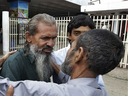 Dvaapades�tilet� Banglad�an Moslemuddin Sarkar po sv�m n�vratu do Banglad�e.