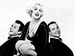 Tony Curtis (vlevo), Marilyn Monroe a Jack Lemmon pro film Někdo to rád horké