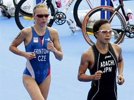 Češka Vendula Frintová a Japonka Mariko Adačiová při olympijském triatlonu (4.