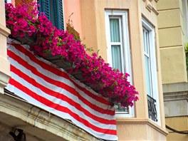 K tradiční výzdobě oken i balkonů patří v Bilbau kromě květin vlajky klubu Athlétic Bilbao.
