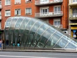 Vchody do metra v Bilbau projektoval Norman Foster a dal jim jednotnou tvář.