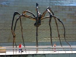 Obří skulptura pavouka Maman před Guggenheimovým muzeem