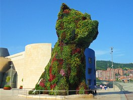 Třináctimetrový květinový pes Puppy od Jeffa Koonse před Guggenheimovým muzeem v Bilbau