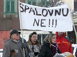 V prosinci 2010 protestovali proti krajsk� spalovn� lid� na Masarykov� n�m�st� v Karvin�.