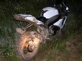Policejn� honi�ka s motork��em na D11 skon�ila v rozbahn�n�m poli u Pod�brad