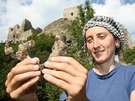 Vedoucí výzkumu Jana Mazáčková ukazuje jedny z posledních nálezů - koňská