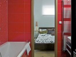 Koupelna je spojovacím prvkem mezi vstupní halou a ložnicí – přes koupelnu lze