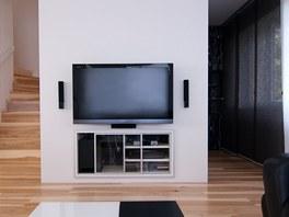 Pracovna po pravé straně je vybavena černobíle žíhovaným nábytkem.