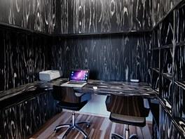 Pracovna s černobíle žíhovaným nábytkem