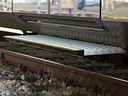 Vlak má v širokých dveřích dvě výsuvné stupačky pro různé výšky nástupišť.
