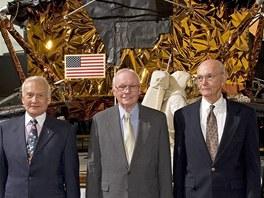 Posádka Apolla 11 stojí před modelem lunárního vozítka v muzeu. Zleva Buzz