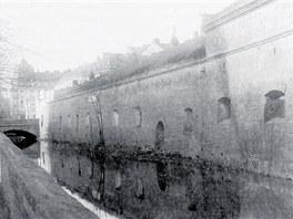 Archivní nedatovaný snímek místa, kde u vodních kasáren kdysi protékala Malá