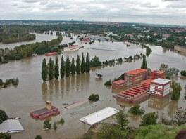 Povodně 2002. Praha Podbaba, čistírna odpadních vod, vltava