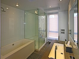 Velkoryse koncipovaná koupelna myslí i na méně pohyblivé stáří.