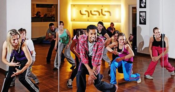 Tanečník Yemi A.D. při jedné z lekcí se svými žáky v dance akademii