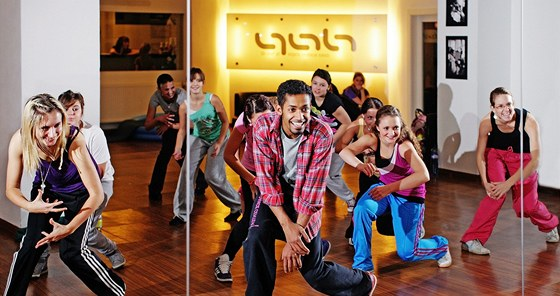 Tane�n�k Yemi A.D. p�i jedn� z lekc� se sv�mi ��ky v dance akademii