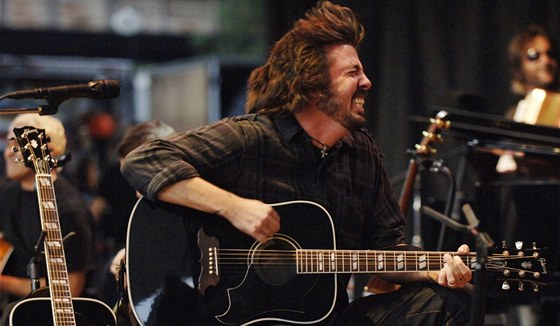 Do povědomí fanoušků se vepsal jako šílený bubeník, Dave Grohl ale umí mlátit i
