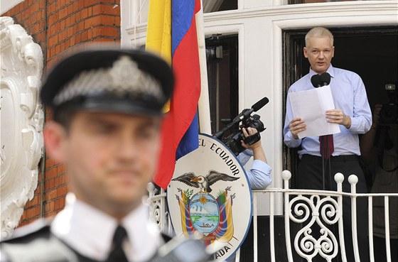 Zakladatel serveru WikiLeaks Julian Assange hovoří na balkonu ekvádorské
