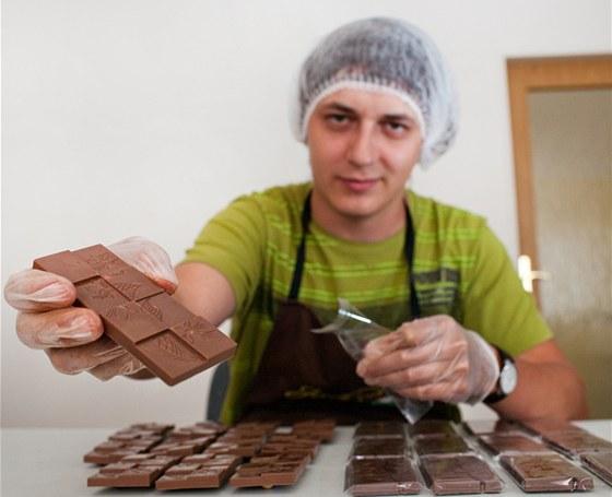 Jiří Stejskal z Hradce Králové při výrobě pravé čokolády.