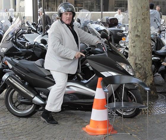 Gérard Depardieu na svém skútru