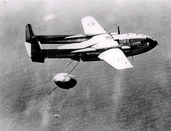 Zachycen kapsle s filmem z Discovereru 14 (KH-1) letounem C-119 Flying Boxcar