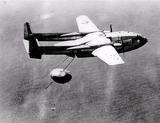 Zachycení kapsle s filmem z Discovereru 14 (KH-1) letounem C-119 Flying Boxcar