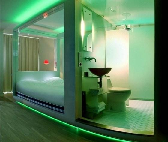 Pod minimalistickou koupelnou je podepsan� jako autor Philippe Starck.