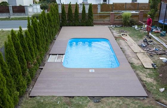 Terasa u bazénu těsně před dokončením