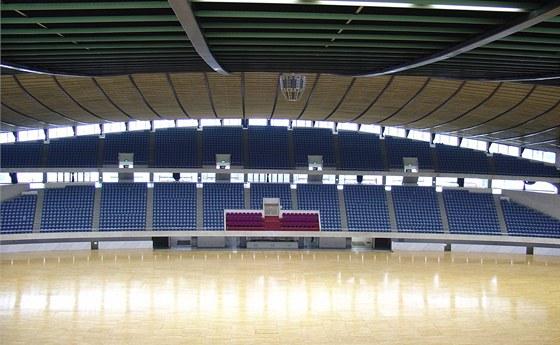 Velký stadion - původně s bazény - měl pojmout původně 25 tisíc diváků, počet