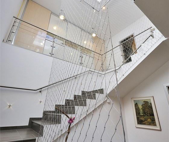 Dominantn� t��ramenn� schodi�t� je rovn� oblo�eno kamennou dla�bou a na p��n�