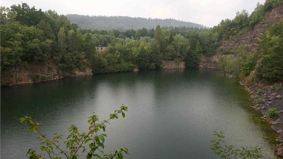 Zatopený lom Olšovec, který se nachází nedaleko Hranic.