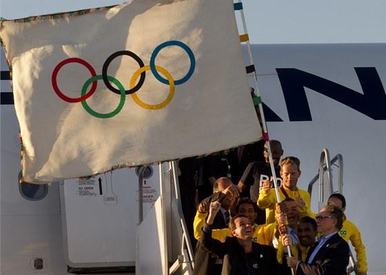 VEZEME TO. Brazil�t� sportovci p�iv�ej� z Lond�na nejen medaile, ale tak�...