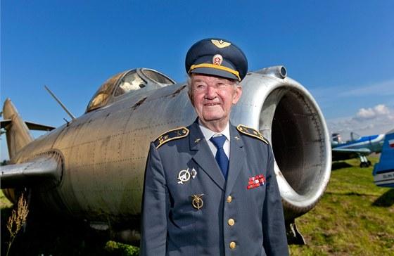 Čtveřice letadel Zlín se vydala na let z Letňan do Hradce Králové s Čáslavi....