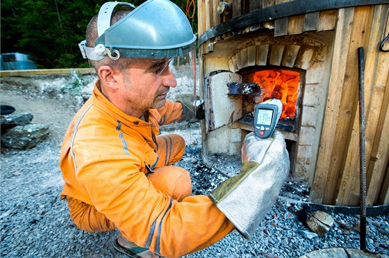 Josef Jiroušek zjišťuje dálkovým laserovým měřičem teplotu v peci.