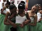 BALET VE SLUMU. Dívky z chudinských �tvrtích Ria de Janeira si upravují sukn�...