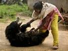 VELKÝ MAZLÍ�EK. Dívka z indické vesnice Lakhapada si hraje s rok a p�l starým