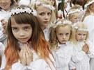 V�K NEVINNOSTI. Vy��o�ená d�v�ata se modlí b�hem svátku Nanebevzetí Panny Marie...