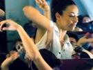 Yemi s taneční company při flash mobu v letadle na turné s Kanye Westem