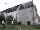 Hasiči likvidují požár objektu s uskladněnou slámou v Hodslavicích na