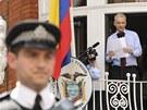 Zakladatel serveru WikiLeaks Julian Assange hovo�� na balkonu ekv�dorsk�