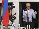 Zakladatel serveru WikiLeaks Julian Assange z balkonu ekvádorské ambasády v