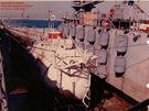 Batyskaf Trieste II uložený v nákladním prostoru lodi, pravděpodobně při