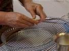 Formu na koláč vymažte máslem a vysypte moukou.
