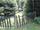 Příjezdová cesta na zahradu u chaty, kde Marcela S. se svým mužem léta chovala